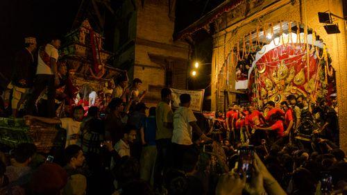 chariot,procession,kumari,living,goddess,crowds,front,swet,vairab,basantapur,durbar,square