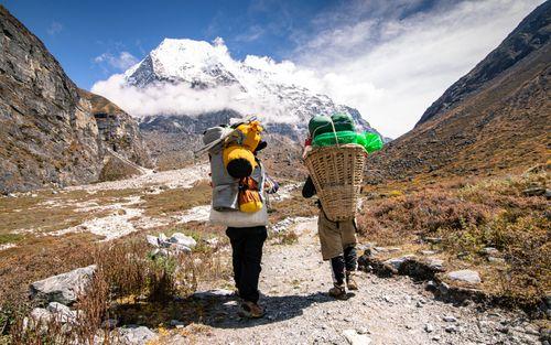 porter,carrying,luddge,food,tsho,rolpa,lake,dolakha,nepal
