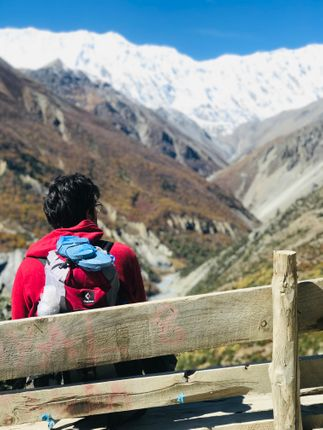 man,red,hoodie,taking,rest,enjoying,beautiful,mountain,range,tilicho,highest,lake,world