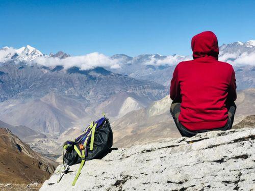 man,trekking,bag,resting,enjoying,surreal,view,mustang,thorang,la,trial