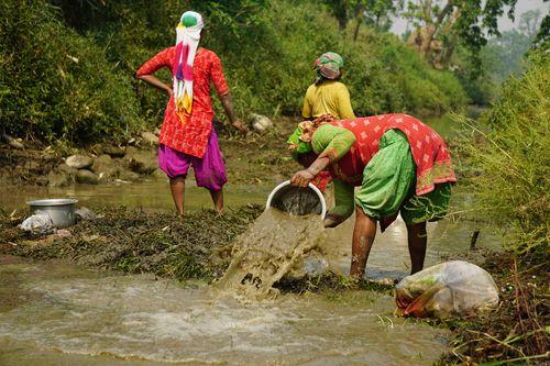 local,women,fishjng,traditional,chitwan,nepal