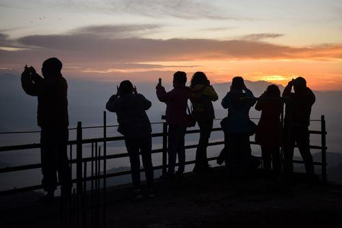 tourists,picture,sun,rises,nagarkot,nepal