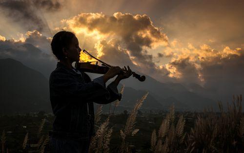 girl,playing,violin,gloomy,sunset,kathmandu,nepal